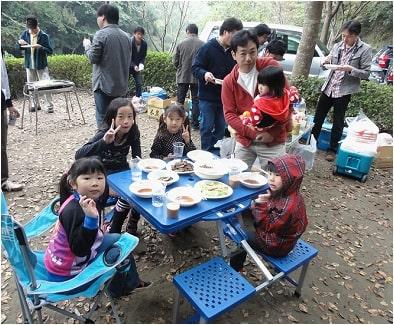 食事を楽しむ子供たち